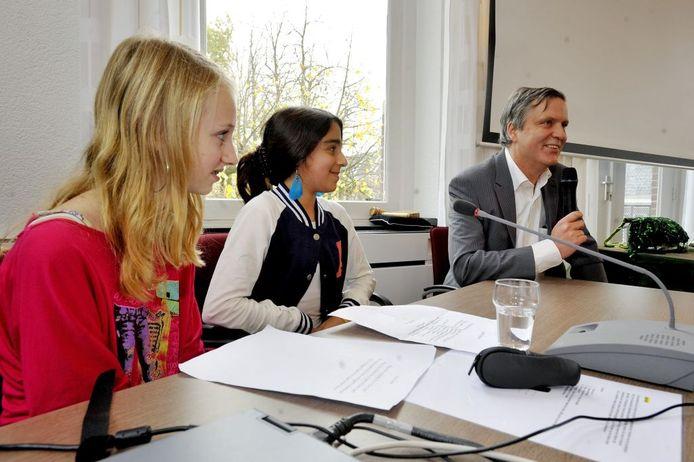 Kinderen interviewen wethouder Van Hezik.Foto Tim Rijnhout/PVE