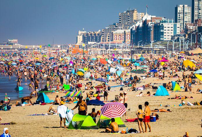 Mensen zochten vorig jaar tijdens de warmste prinsjesdag ooit gemeten massaal verkoeling aan het strand van Scheveningen.
