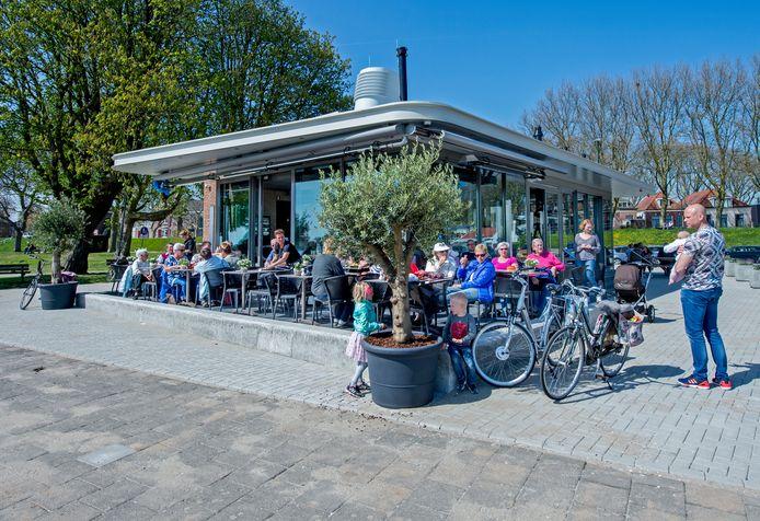 Brasserie De Veerpoort in 2016 toen we op het terras nog dicht op elkaar konden zitten.