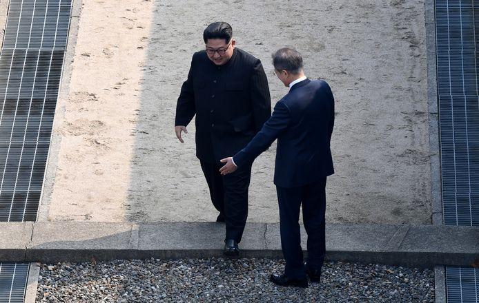 Kim Jong-un stapte eerst de grens over naar Zuid-Korea.