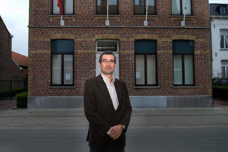 Burgemeester Stephan Mourisse bij het gemeentehuis, dat zal verkocht worden.