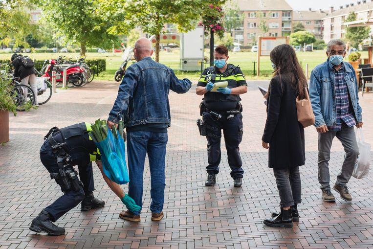 Peventief fouilleren op het Waterlandplein in Noord: 'aselect, zonder aanzien des persoons.' Beeld Marc Driessen