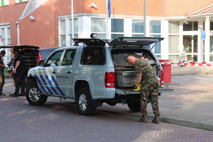 De ruimte voor de ingang van het politiebureau aan de Jacoba van Beierenlaan in Delft is vanavond korte tijd afgezet geweest nadat iemand een explosief voor de deur had afgegeven.