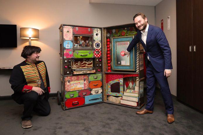 Frank Kastelein van Escape Room Designer en wethouder Bas Vollebregt bij de 'vergeten koffer' van Paul McCartney.