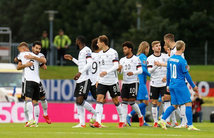 De Duitsers vieren het openingsdoelpunt in IJsland.