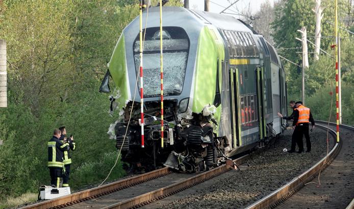 De zwaar beschadigde en gedeeltelijk ontspoorde trein.