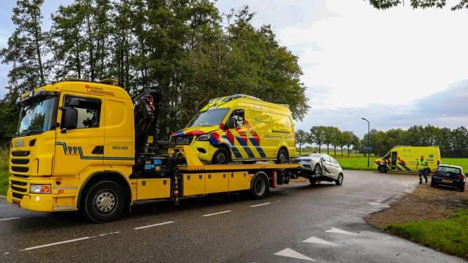 Ambulance die met spoed onderweg is naar melding, in Loenen aangereden door automobilist
