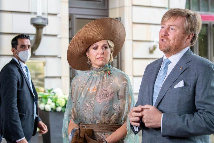 Koning en koningin reageren naar aanleiding van de aanslag op Peter R. de Vries bij het vertrek vanuit het hotel.
