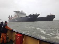 Superschip Pieter Schelte vaart Rotterdam binnen
