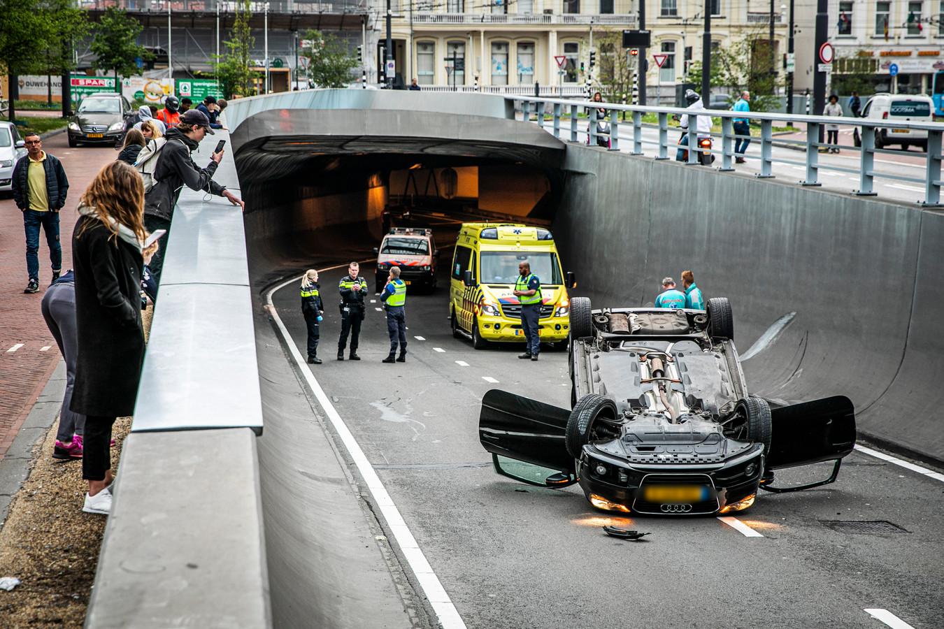Weer een crash in de Willemstunnel in Arnhem. Een vrouw belandt met haar auto op de kop. Ze raakte niet gewond.
