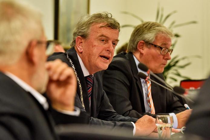 Burgemeester Fons Naterop tijdens een vergadering.