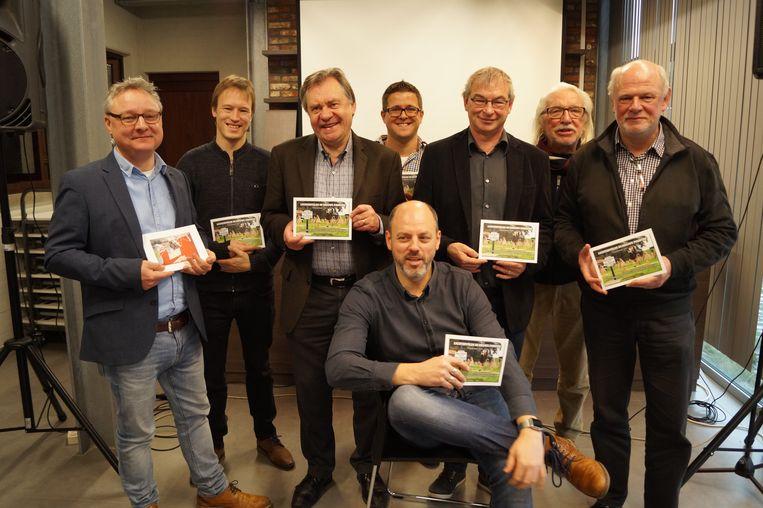 De Lichterveldse Perskring stelt het 24ste fotojaarboek voor. We zien Benedict Wydooghe, Sam Vanacker, Johny Vansevenant, Marijn Follebout, Johan Vandenbussche, Frans Vanzieleghem en Patrick Cornillie. Fotograaf Kurt Desplenter zit neer.