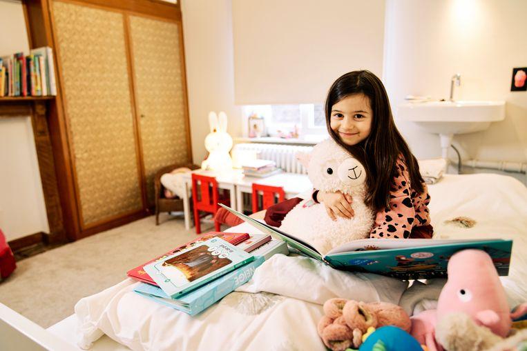 Pauline vindt het leuk om te lezen op haar kamer. Beeld Joris Casaer