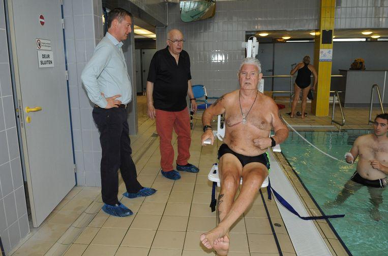 Leon Verelst test de zwembadlift uit.