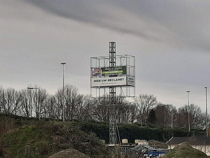 De reclamemast aan de noordkant van de A59, ter hoogte van Vlijmen/Nieuwkuijk.