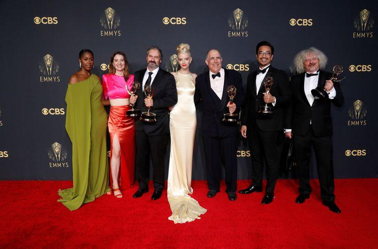 De cast van The Queen's Gambit op de rode loper in Los Angeles zondag, het schaakdrama won een Emmy voor de beste miniserie.  Beeld Reuters