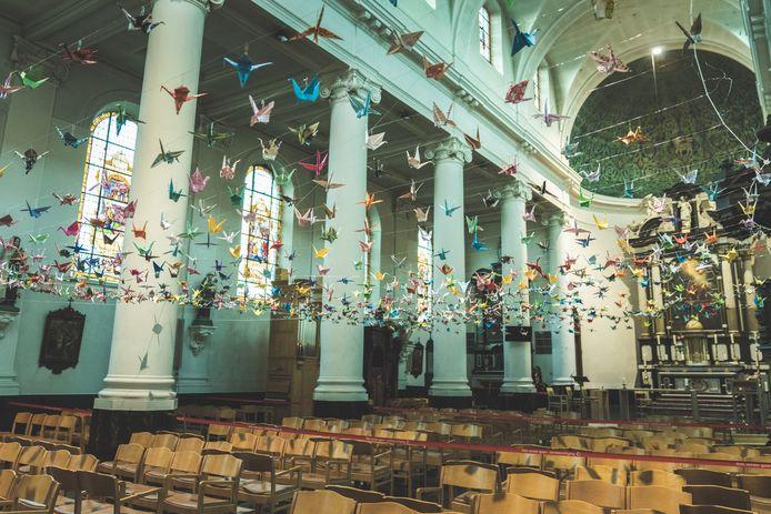 In de kerk van Drongen hangen er al een kleine 700 papieren kraanvogels.
