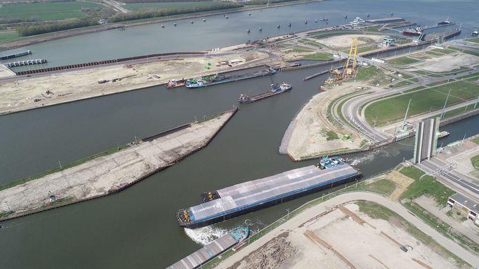 Kapitein Rooiboskanaal in het midden richting de Middensluis (rechtsboven) in Terneuzen.