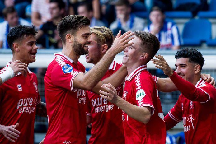 Robin Pröpper (links) omhelst Daan Rots na zijn goal tegen Heerenveen.