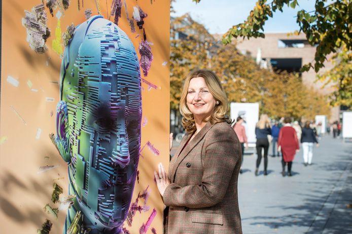 Initiatiefneemster Marjon Habets bij de expositie Recht in Beeld die de stichting Law Street samen met BredaPhoto inrichtte in de Willemstraat in  Breda