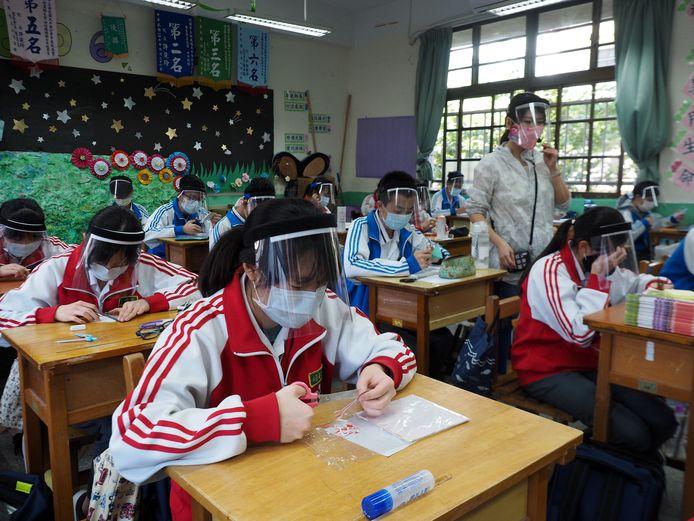 Scholieren in Taiwan krijgen les in zelf maskers maken.
