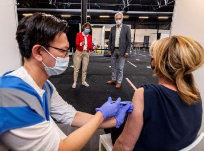Directeur Annette de Boer van GGD Haaglanden en zorgwethouder Piet Vreugdenhil van Westland bij de vaccinatielocatie in Rijswijk.