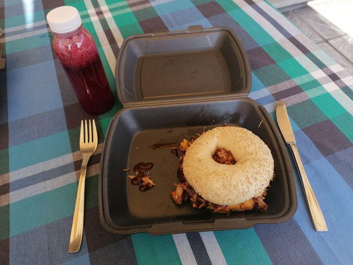 Bagel met crème van zoete aardappel en pulled pork en een limonade van blauwe bessen.