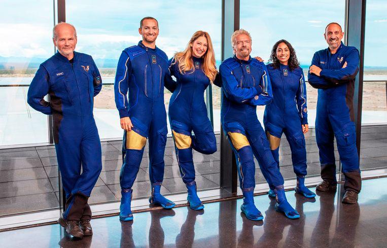 Branson (derde van rechts) en zijn astronautencrew. Beeld AP
