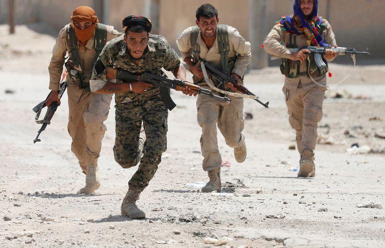 Koerdische strijders in het Syrische Raqqa in 2017.  Beeld REUTERS