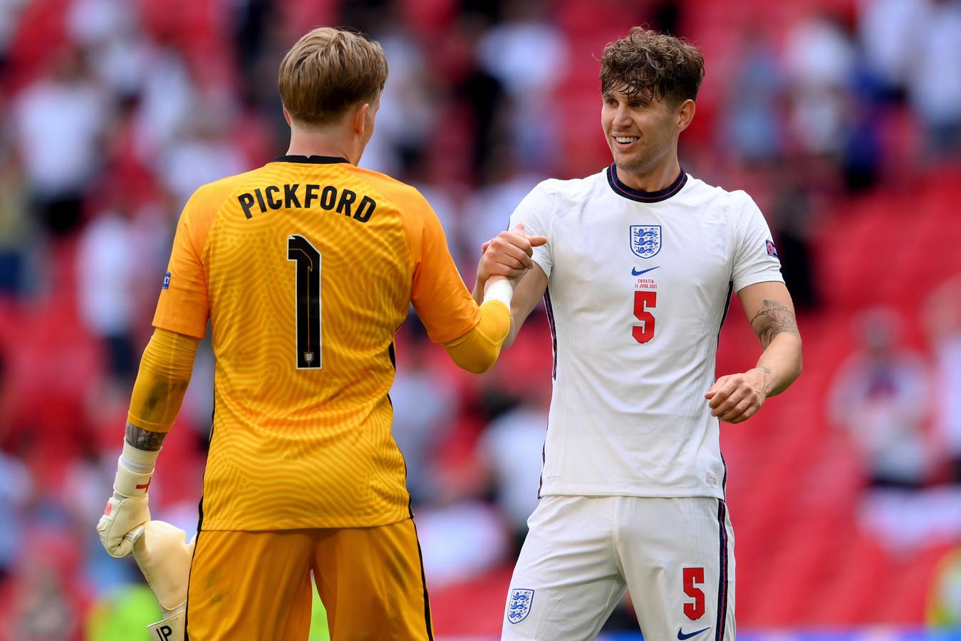De Engelse doelman Jordan Pickford (l) met John Stones.