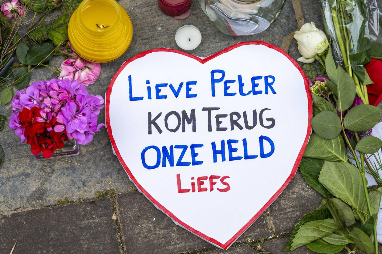 In de Lange Leidsedwarsstraat laten mensen bloemen, kaarsjes en kaartjes achter op de plaats van de aanslag. Beeld ANP
