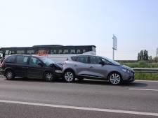 Auto's botsen tegen elkaar op de A15 bij Wadenoijen