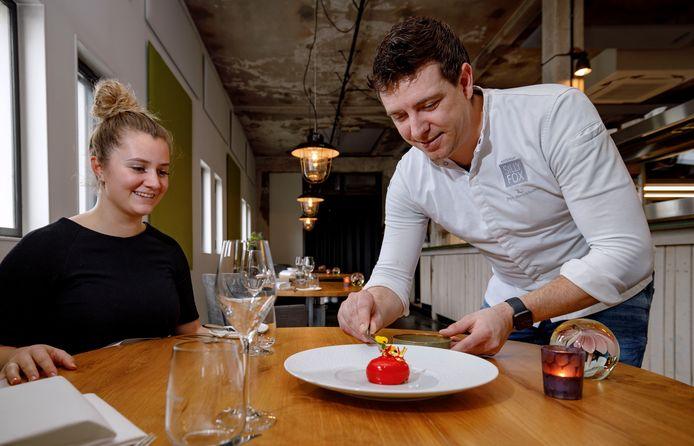 Speciaal voor Valentijnsdag wordt een valentijnsdessert opgemaakt door chefkok Joppe Sprinkhuizen. Dit hart van rode gel zit in het Valentijnsmenu voor thuis.
