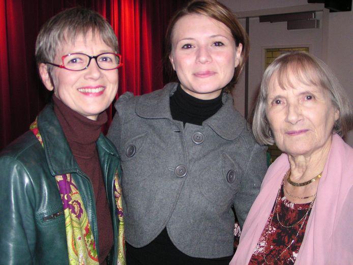 Denise De Weerdt (rechts) met Linda Lepomme (links) en Celine Purcell, in 2006: drie generaties die in de voorbije zes decennia Eliza Doolittle speelden in de Vlaamse bewerking van musical My Fair Lady.