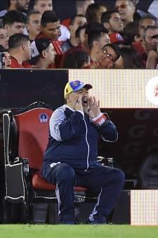 Maradona krijgt van opponent Newell's Old Boys 'goddelijke' behandeling