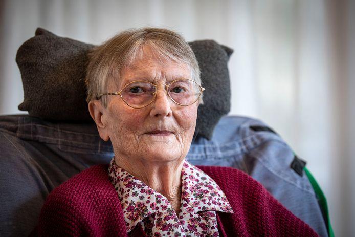 Ter gelegenheid van haar 100e verjaardag heeft Truus Wielens sinds gisteren haar eigen bankje op het kloostercomplex aan de Gravenallee in Denekamp.