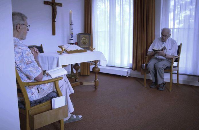 Pater Jan Wouters (links) en pater Frans Waalders in hun huiskapel in Teteringen.