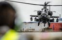 Een Apache-helikopter landt in de haven van Rotterdam. (Archieffoto)