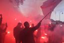 Supporters van Helmond Sport zwaaien de spelersbus uit voorafgaande aan de derby tegen FC Eindhoven.