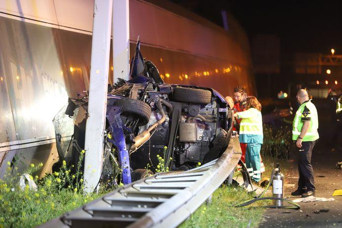 De ravage na het ongeluk op de A12 bij Den Haag.