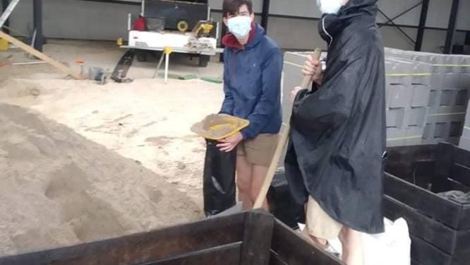 Chiro Heilig Hart Zottegem helpt zandzakken vullen bij de brandweer in Voeren