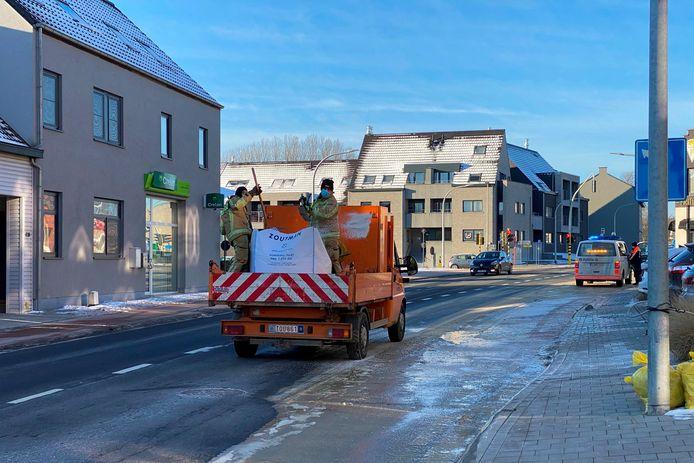Het water dat door het lek op straat stroomde, veranderde in een mum van tijd in een grote ijsplek.
