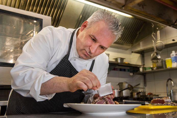 Chefkok Luca in actie in zijn keuken maar mooie gerechten. Zijn vrouw en dochter staan in de bediening