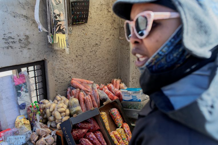 Maphokoane Serobanyane bij haar winkeltje in Soweto. Beeld Luca Sola