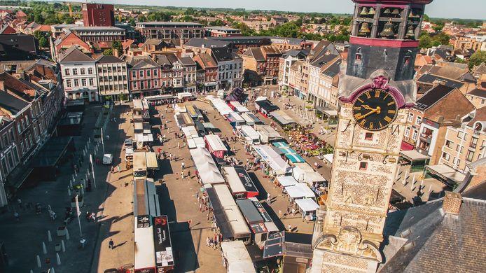 De stad Sint-Truiden wil haar marktkramers steunen in coronatijden, en halveert daarom de standplaatsvergoeding.