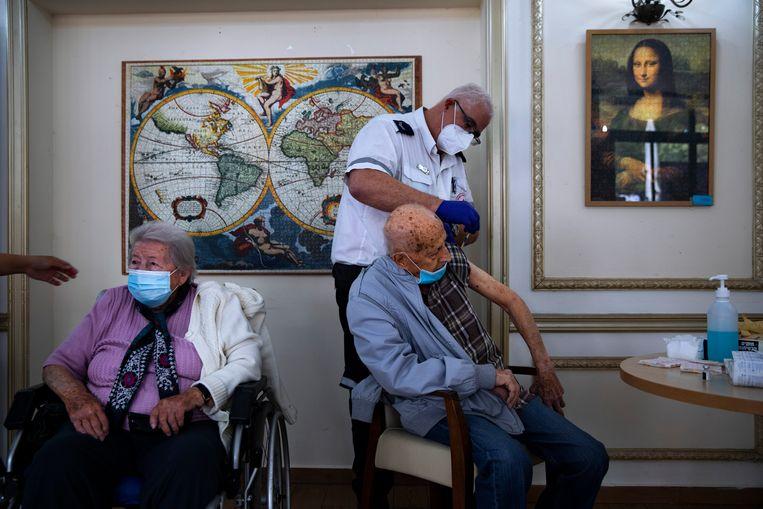 Een man ontvangt een tweede inenting in een verpleeghuis in Ramat Gan, Israël. Beeld AP