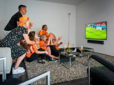Normaal zweept Rick met zijn dweilorkest het publiek op in de ArenA, maar nu volgt hij Oranje voor de buis in Zutphen