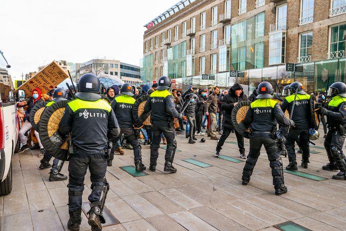 Chaos door zware rellen Eindhoven na anti lockdown demonstraties.