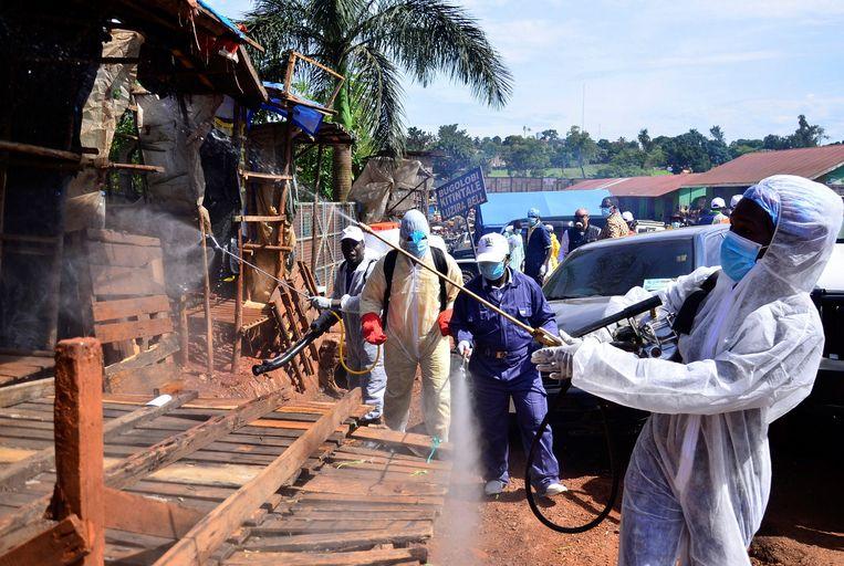 De ontsmetting van een markt in Kampala, Oeganda.  Beeld REUTERS
