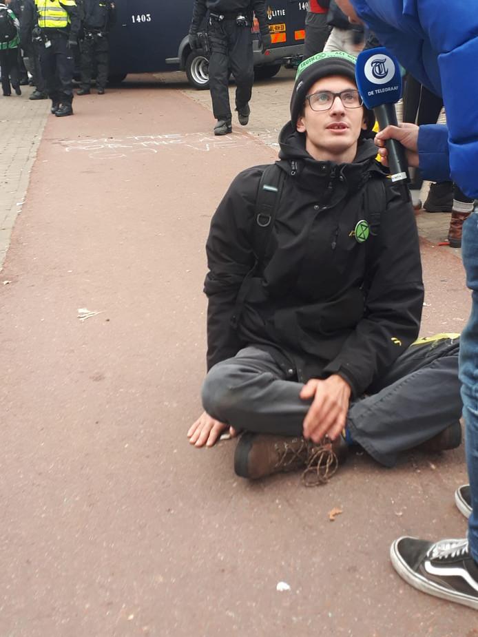 Een demonstrant lijmde zijn hand vast aan de grond. De politie kwam ter plaatse met aceton om de man los te maken.